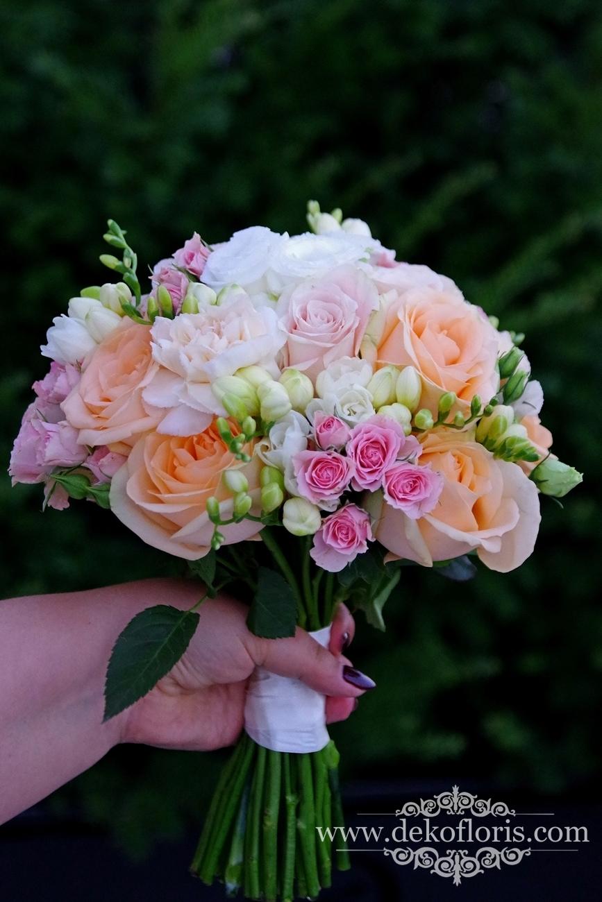 Pastelowo brzoskwiniowy bukiet ślubny Panny Młodej