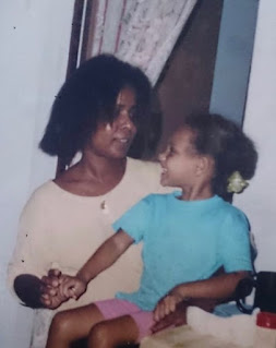 Alicia Aylies childhood picture with her mother
