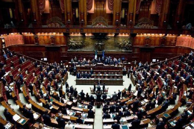 Bufera per il bonus da 600 euro a deputati e consiglieri comunali