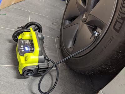 Ryobi 18V Kompressor am Reifen angeschlossen
