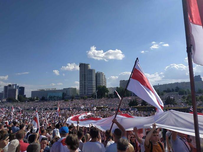 Bielorrussos agitam as cores nacionais cantando o Hino a Dieus que causou as cóleras de Lukashenko e de Putin.jpg