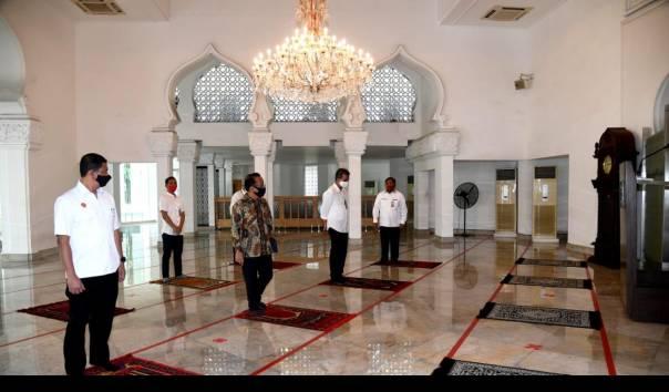 Jokowi Ikuti Shalat Jumat Berjamaah di Masjid Baiturrahim Kompleks Istana Kepresidenan