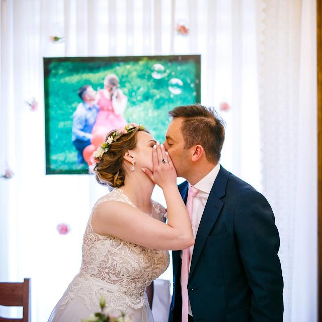para młoda, całus, pocałunek, wianek ślubny, fryzura ślubna, stół młodych, ślubna stylizacja, suknia ślubna