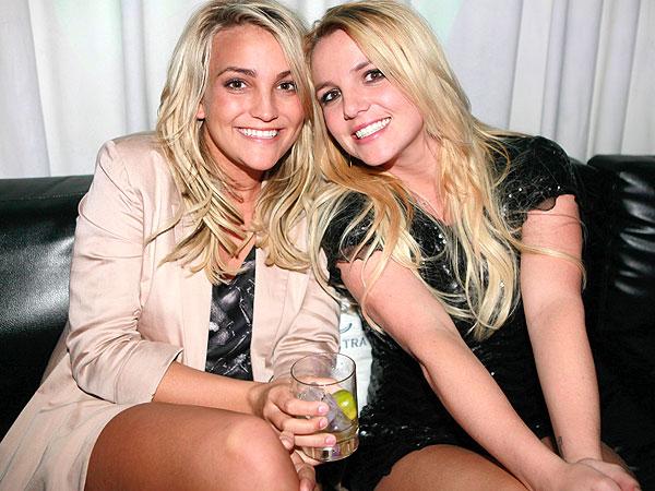 Britney Spears asiste a evento de música country para brindar apoyo a su hermana.