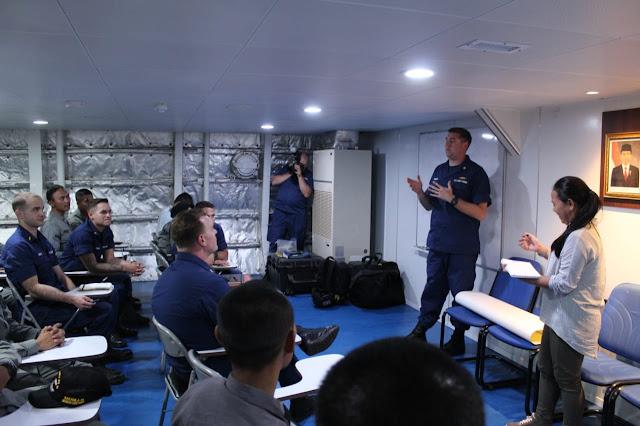 Capt. Nyoto Kenalkan KN Tanjung Datu 301 Kepada USCGC Stratton