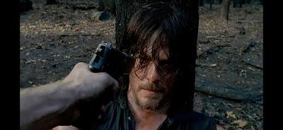 Daryl no pierde esa mirada en ninguna situación.