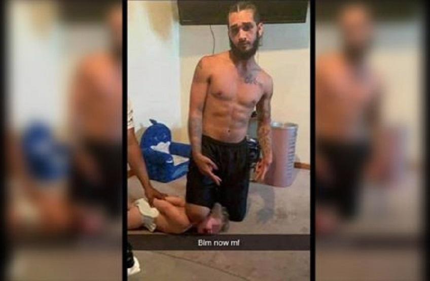 Etats-Unis : la photo d'un militant Black Lives Matter posant son genou sur le cou d'un enfant blanc fait polémique