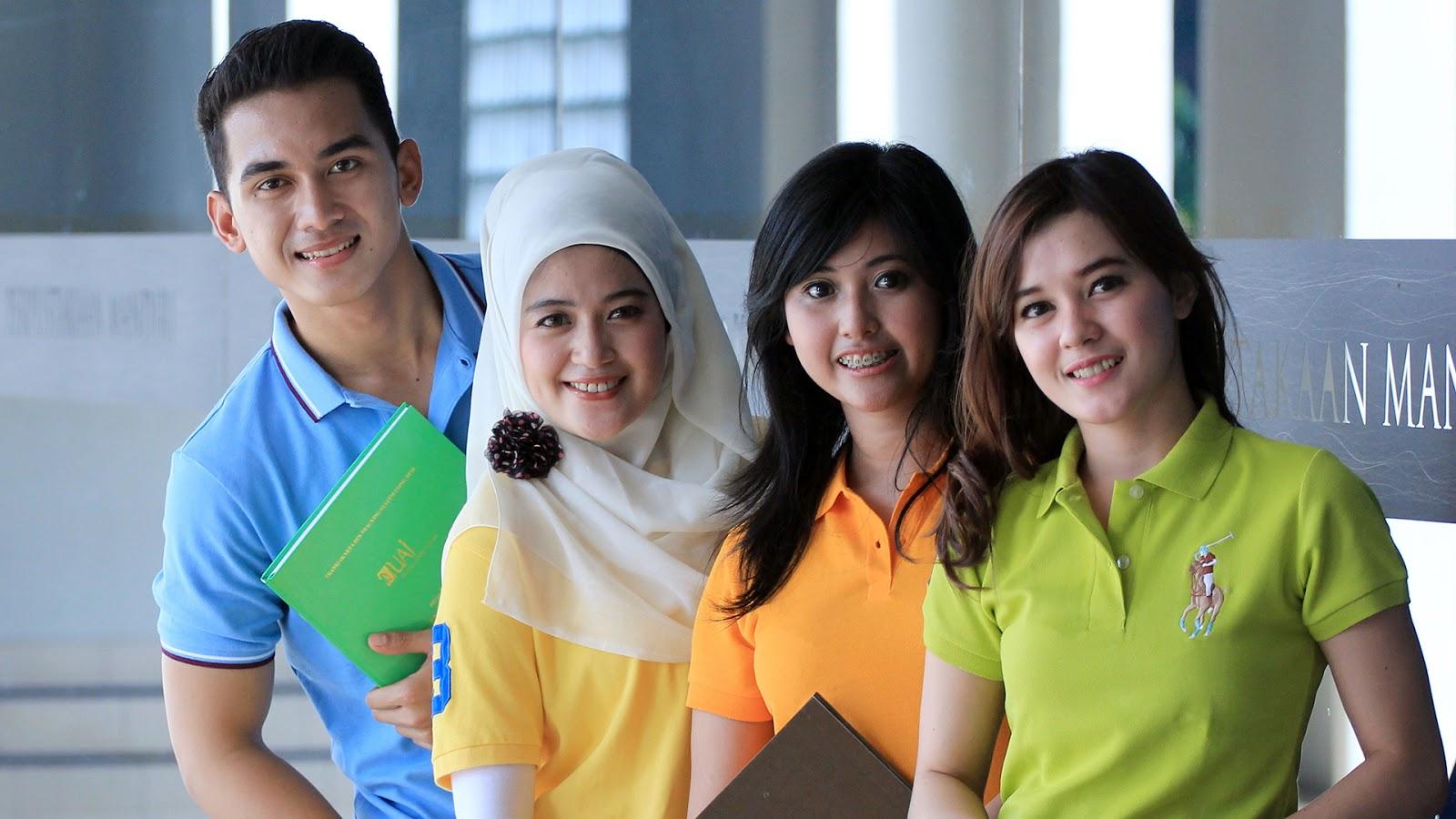 Mahasiswa Poligami tiga Mahasiswi seksi dan cantik hijab