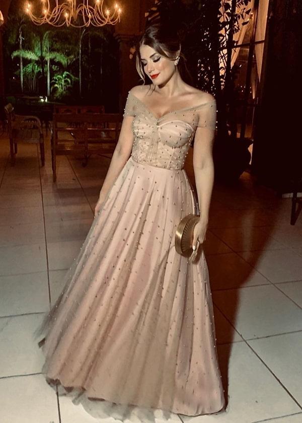 Ariane Canovas de vestido de festa nude com bordado de pérolas