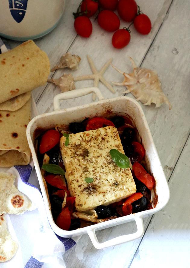 Feta al forno con pomodorini, cipolla ed olive nere