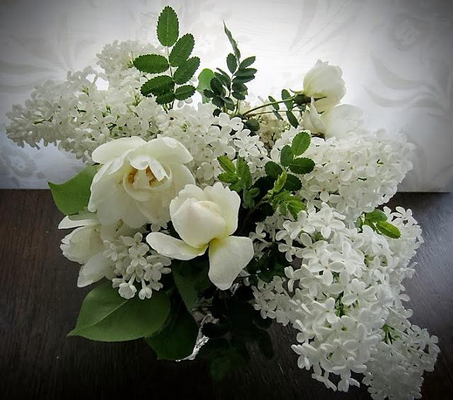 valkoiset ruusut, juhannusruusu, syreenit, valkeat syreenit