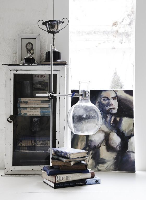 vitrina vintage blanca cubeta, cuadro, artistico, copa, trofeo, estilo nordico, decoracion, nordica, interiorismo, alquimia deco,