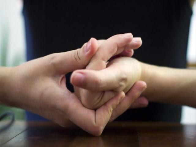 उंगलियां चटकाना होता है बेहद खतरनाक, जानिए इसके नुकसान