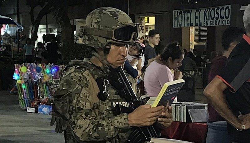 Viralizan a elemento de la marina que bajó su arma para leer un libro