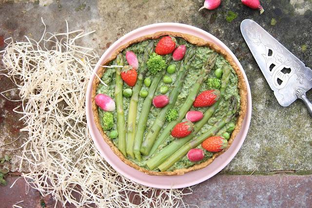 Cuillère et saladier : Tarte printanière au pesto d'herbes, asperges et fraises (vegan)