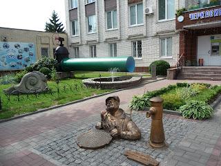 Черкассы. Памятник сантехнику на территории водоканала