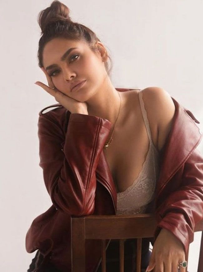 Actors Gallery: Esha Gupta posed for photos in a different styles