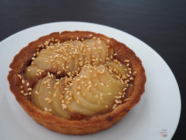 Clásica tarta bourdaloue, con masa sucrée, frangipane y peras en formato de tartaleta individual