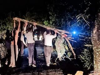 Kesigapan Piket Koramil 01/Jepara Bantu Evakuasi Ranting Pohon Yang Patah