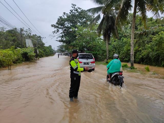 Bhabinkamtibmas Teritip Turun Langsung Pantau Wilayah Yang Terendam Banjir
