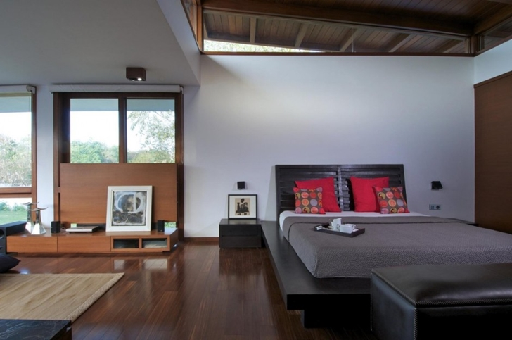Modern bedroom in Courtyard Home by Hiren Patel Architects