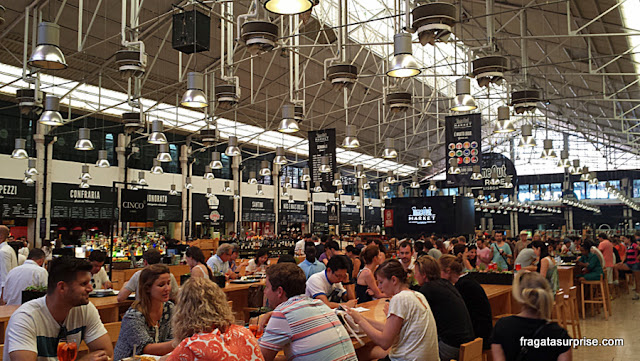 Mesas comunitárias do Mercado da Ribeira Lisboa