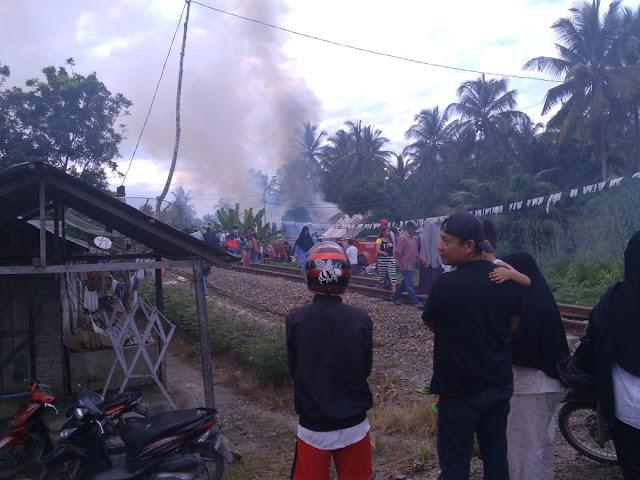 Suasana kebakaran di Jalan Suka Damai, Lingkungan  V, Kelurahan Pasar Baru, Kecamatan Sei Tualang Raso, Kota Tanjungbalai,  Kamis (18/10) pagi.