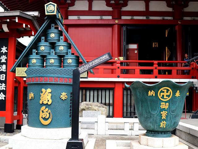 Objets sacrés, à l'entrée du Temple Senso-Ji à Tokyo.