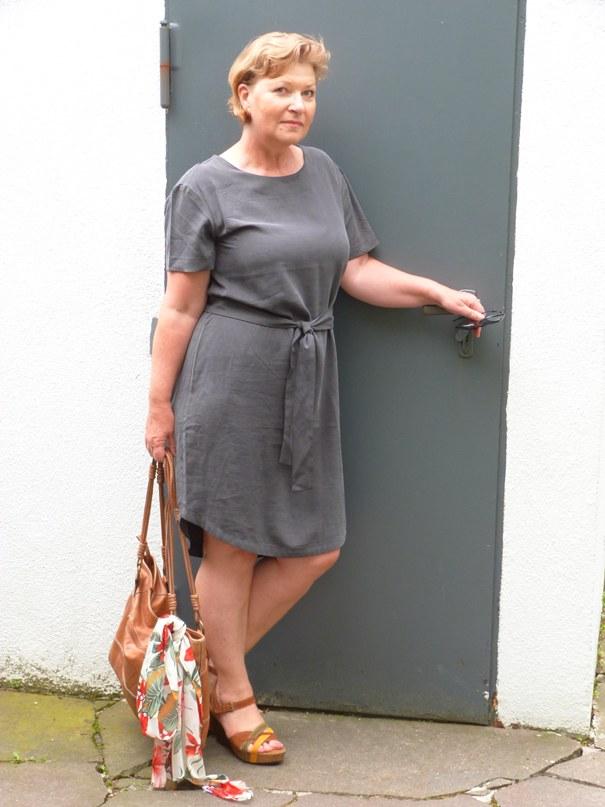 Dunkelgrünes Sommerkleid minimalistisch