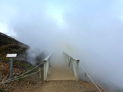Vapor a la entrada de las fuentes termales de Reykjadalur