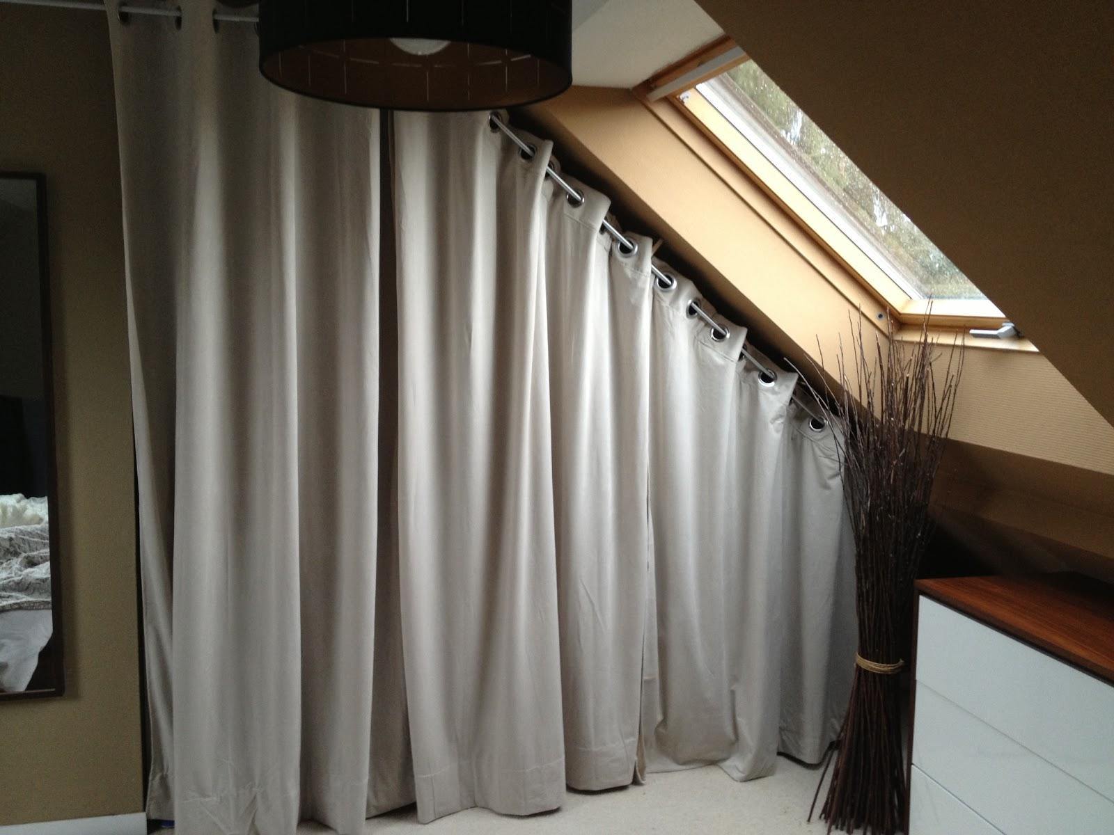 dressing sous pente avec rideaux et autres deco