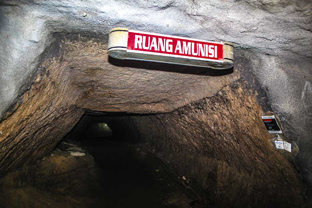 atau yang dikenal juga dengan nama Goa Jepang terletak di Bukit Sianok Misteri Lobang Jepang Sumatera Barat