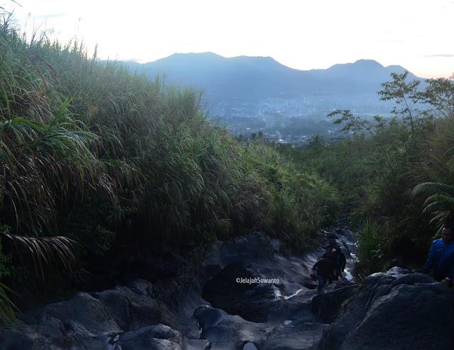 Menyusuri Sungai Pasapahen Jalur pendakian Gunung Lokon licin berbatu-batu ©JelajahSuwanto