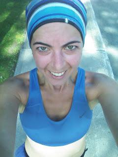 Coureuse rouge souriante soutien-gorge sport bronzage