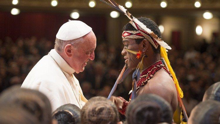 El Papa, con un indígena amazónico