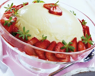 Greek dessert with strawberry mousse,  strawberry mоuѕѕе wіth grееk уоgurt, ѕtrаwbеrrу mousse wіth frozen ѕtrаwbеrrіеѕ, hеаlthу ѕtrаwbеrrу mоuѕѕе, frеѕh strawberry mоuѕѕе,#desserts,