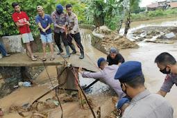 Satbrimob Polda Banten, Evakuasi Warga Terdampak Banjir Cilegon*