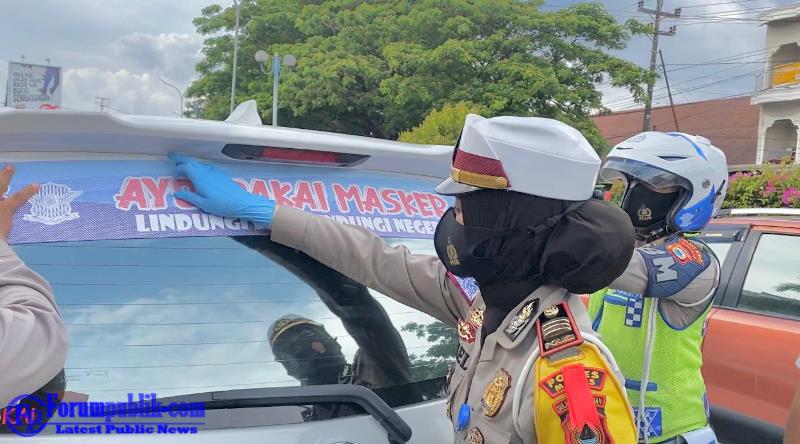 "Satlantas Polres Maros Laksanakan Giat Pemasangan Stiker Himbauan ""Ayo Pakai Masker"""