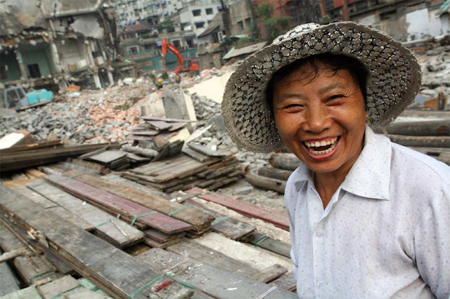 Fotografia di manovale cinese fotografata in un cantiere a Shanghai