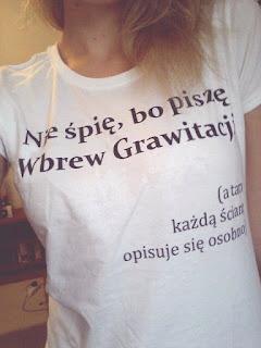 Zdjęcie M.P. w autorskiej koszulce Wbrew Grawitacji