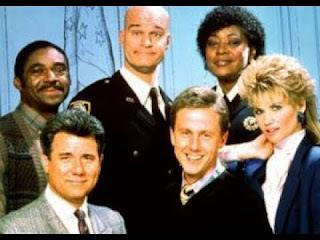 Imagen con el juez, el ayudante, el fiscal, un alguacil, una alguacil y una abogada defensora