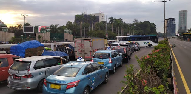Terjebak Kerusuhan di DPR, Pengguna Jalan: Nggak Apa-Apa, Kan Buat Kepentingan Bersama