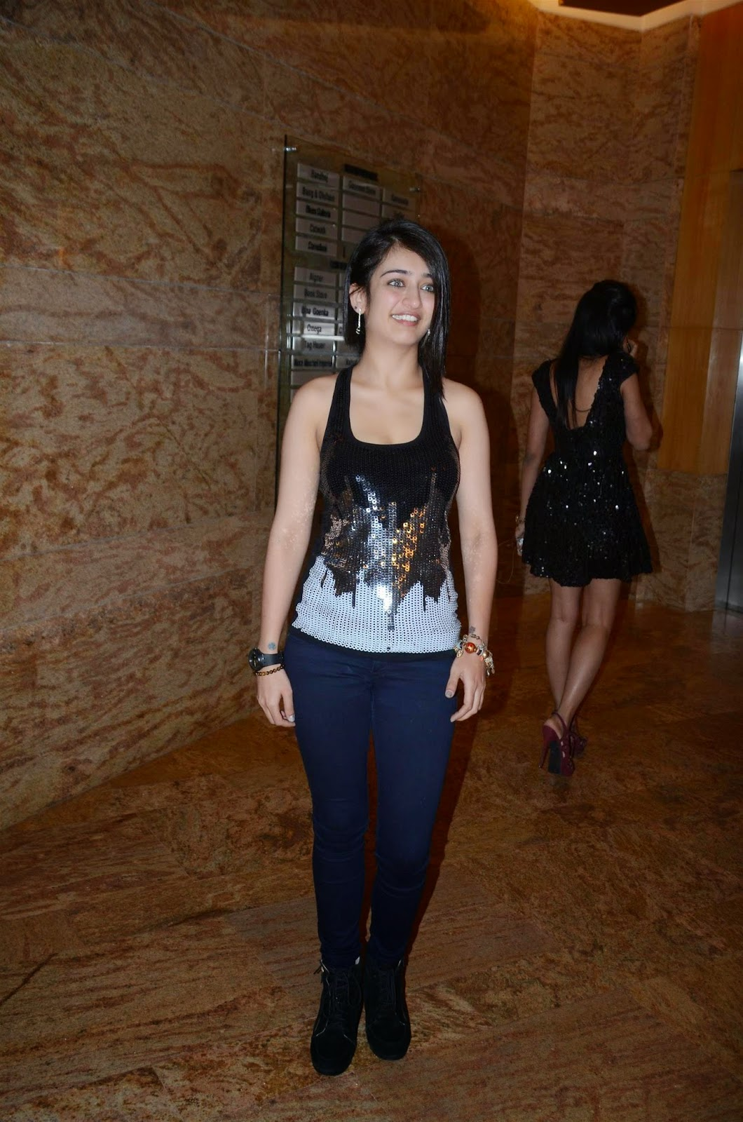 Akshara Haasan Super Sexy Cleavage Pictures in Black Dress