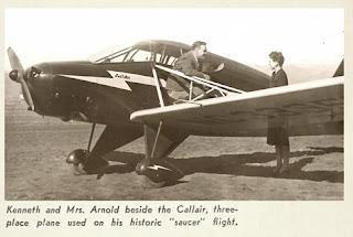 Kenneth Arnold junto al avión con el que avistó uno extraños objetos voladores