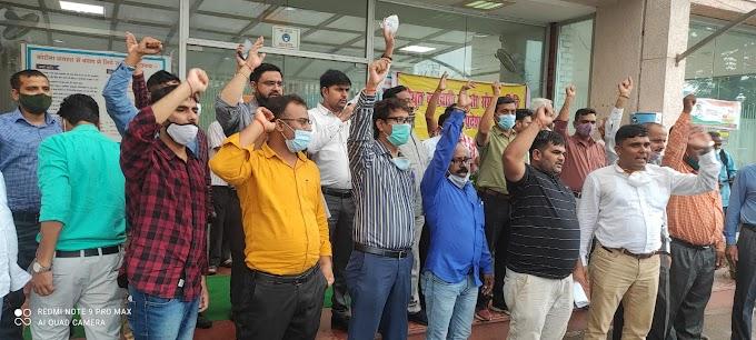 प्रदेश भर के बिजलीकर्मियों व इंजीनियरों ने किया जोरदार विरोध प्रदर्शन, दी ये चेतावनी