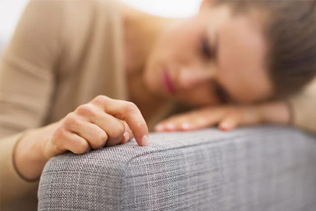Mujer pensando sobre el sofa