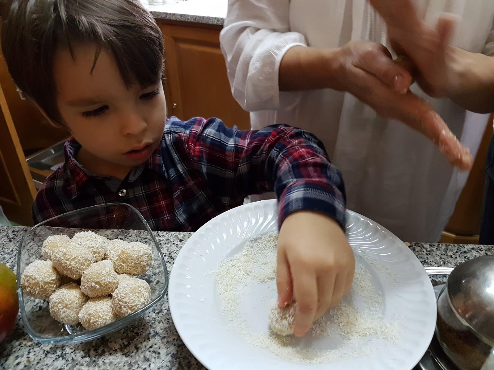 Bolinhas de caju com coco