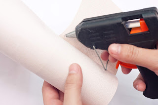 Sealing the roll with hot glue gun