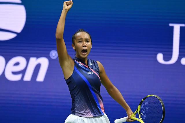 Tenista Leylah Fernandez comemora vitória diante Naomi Osaka, com o punho direito erguido