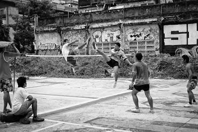 Sejarah Sepak Takraw        Setiap cabang olahraga yang ada didunia pada umumnya dan di Indonesia khususnya mempunyai sejarah berdirinya olahraga tersebut secaraa sendiri-sendiri. Begitu juga dengan sepak takraw, olahraga sepaktakraw yang pada awalnya bermula dari permainan yang sangan sederhana dan sering disebut sebagai bola rotan tidak mempunyai peraturan permainan dan pertandingan yang sekomplit peraturan seperti sekarang  Negara Asia terutama Asia di wilayah Asia Tenggara telah mengenal permainan ini dengan sebuah sepakraga yang menggunakan bola rotan sudah sejak lama, akan tetapi di setiap negara-negara nama perminannya berbeda-beda, seperti Malaysia dengn nama Sepak Raga Jaring, Thailand dengan nama Takraw, di Philipina dengan nama Sipak.  Apabila kita cermati perkembangan olahraga hampir di setiap negara Asia Khususnya Asia Tenggara olahraga ini pada awalnya merupakan olahraga demonstrasi yang digunakan pada perayaan-perayaan hari tertentu seperti upacara adat, perkawinan, syukuran, khitanan dsb. Disamping itu juga olahrga ini sebagai rekreasi dalam mengisi waktu luang, namun yang dilakukan si Malaysia sekitar tahun 1946 yakni Sepak Jaring Laga di lingkungan masyarakat Malaysia. Hal ini menjadi pelopor dan sebagai titik awal perkembangan olahraga Sepaktakraw menjadi olahraga nasional Malaysia yang dipertandingkan.  Sejalan persamaan dan keinginan untuk mengembangkan olahraga ini maka dibentuklah kerjasam antara